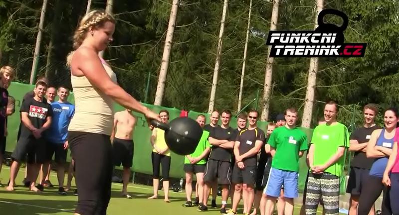 Krásná síla: Kettlebell swingy s Bestií (48 kg!) v podání Aničky!